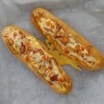 Baguette horneada con bacon, huevo y queso