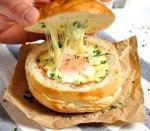 Pan relleno de huevo, bacon y queso
