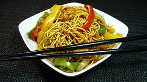 Fideos chinos con verduras y pollo
