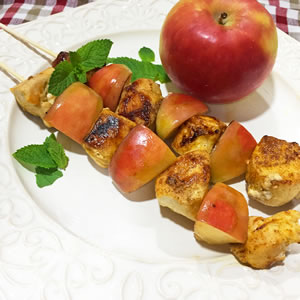 Brochetas de pollo y manzana al curry
