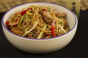 Fideos japoneses con pollo al curry